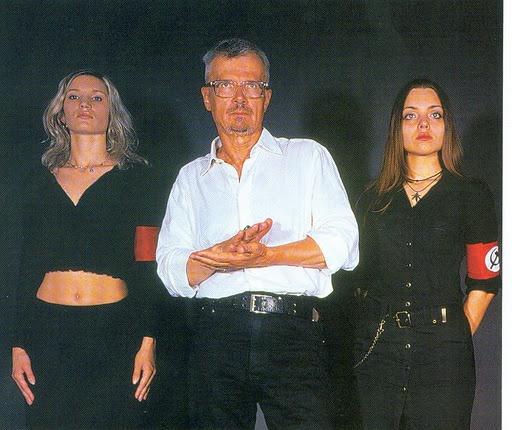 Limónov escoltado por dos militantes de su partido, en 2004.